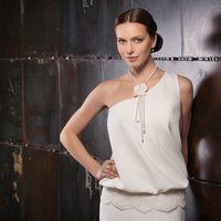 Dafna Лаконичное и стильное, в меру строгое и одновременно трогательное и женственное – это платье чудесно подойдет тем невестам, кто готов отойти от свадебных стереотипов. Ткани и материалы: креп, кружево Цвет платья: белый, молочный, кремовый Идея: