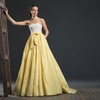 Dune Шикарное пышное платье для тех, кто не боится экспериментировать с цветом и фактурой. Плотный кружевной корсет и летящая юбка из шелковой тафты создают нетривиальный образ современной невесты. Ткани и материалы: кружево, шелковая тафта  Цвет плать