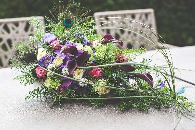 Букет невесты сине-зеленых тонах с перьями павлина - фото 1724782 Joli mariage - организация свадеб за границей