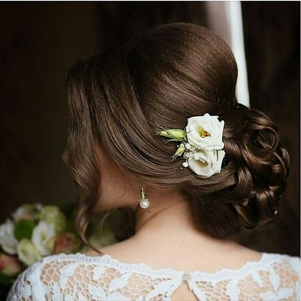 Свадебная прическа: нижний пучок с живыми цветами