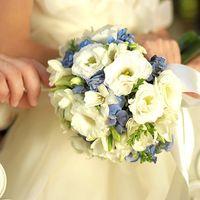 Круглый букет невесты из белых эустом, фрезий и голубых гортензий