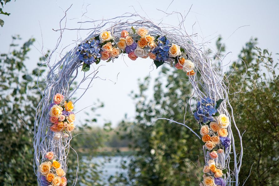 Свадебная арка для выездной церемонии, украшенная цветами и ветками в сиреневом цвете - фото 1746621 Кирилл Новосёлов - свадебный декор