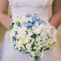 Бело-голубой букет невесты из орхидей, гортензий, роз и мускарий