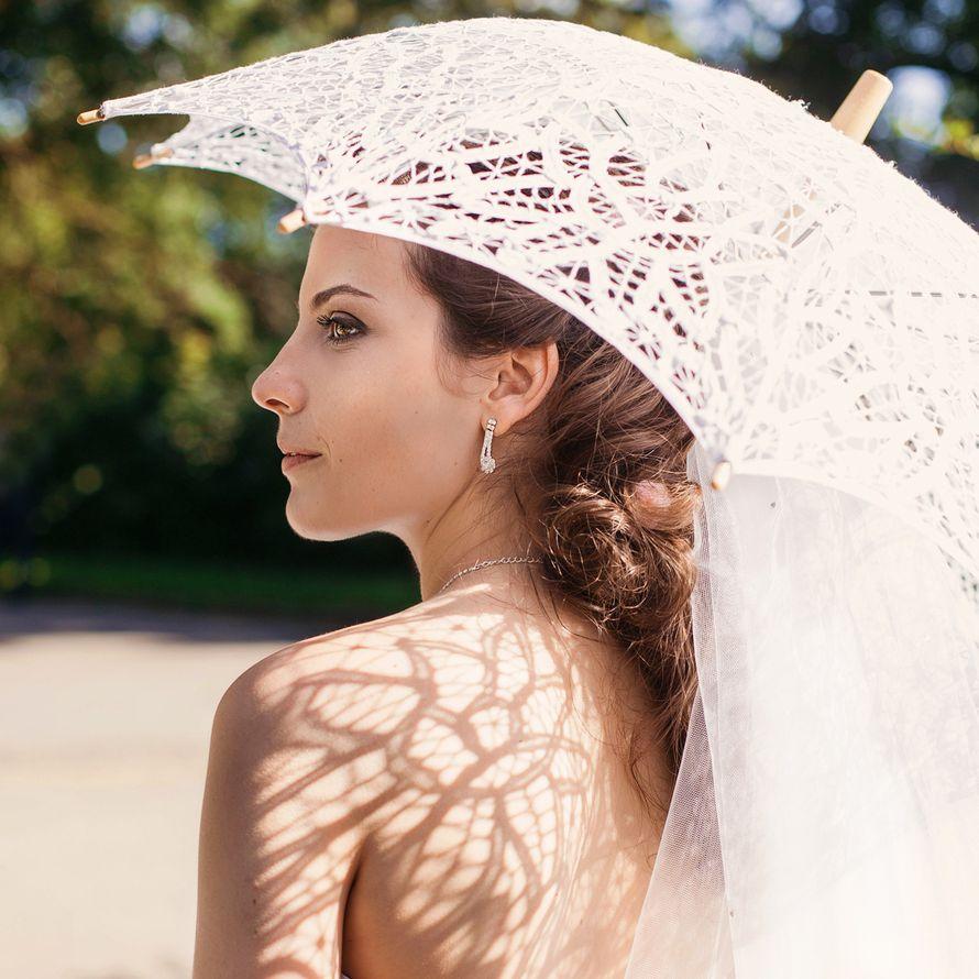 Невеста держит в руках белый кружевной зонтик ручной работы - фото 1869593 Юлия Власова, фотограф