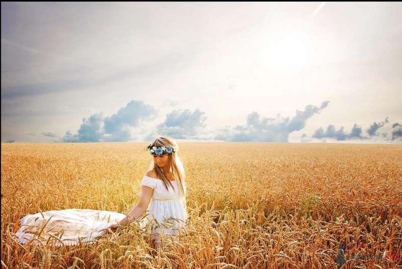 Невеста в белом длинном платье стоит посреди поля - фото 39598 TY