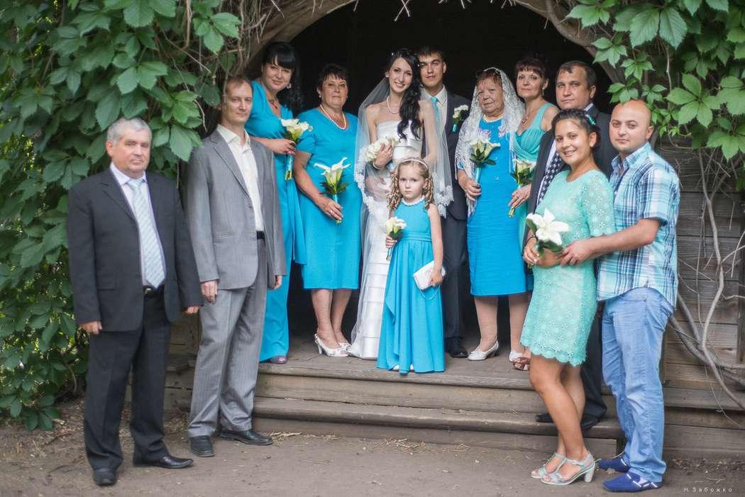 Светлая девочка на свадьбе в голубом тоне,  стоит рядом с подружками невесты и гостями в длинном голубом платье - фото 1787657 Фото и видео студия Happy Day