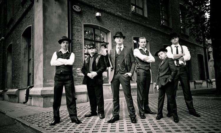 """Друзья жениха в костюмах в стиле """"Чикаго!  стоят  у большого кирпичного здания, все в шляпах - фото 2318042 АсяУлыбася"""
