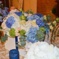 Белые, голубые и синии гортензии, персиковые гвоздики, кремовые эустомы, голубой дельфиниум, вибурнум и эвкалипт составили основу цветочных композиций!