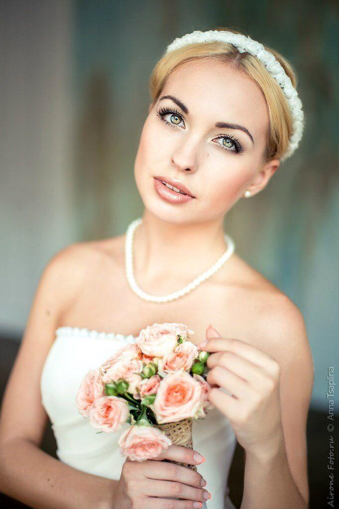 Невеста с прической из собранных волос, с классическим макияжем, на губах коричневая перламутровая помада - фото 3294803 Make-up artist к вашим услугам