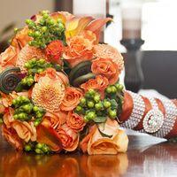 Оранжевый букет невесты из калл, роз и астр