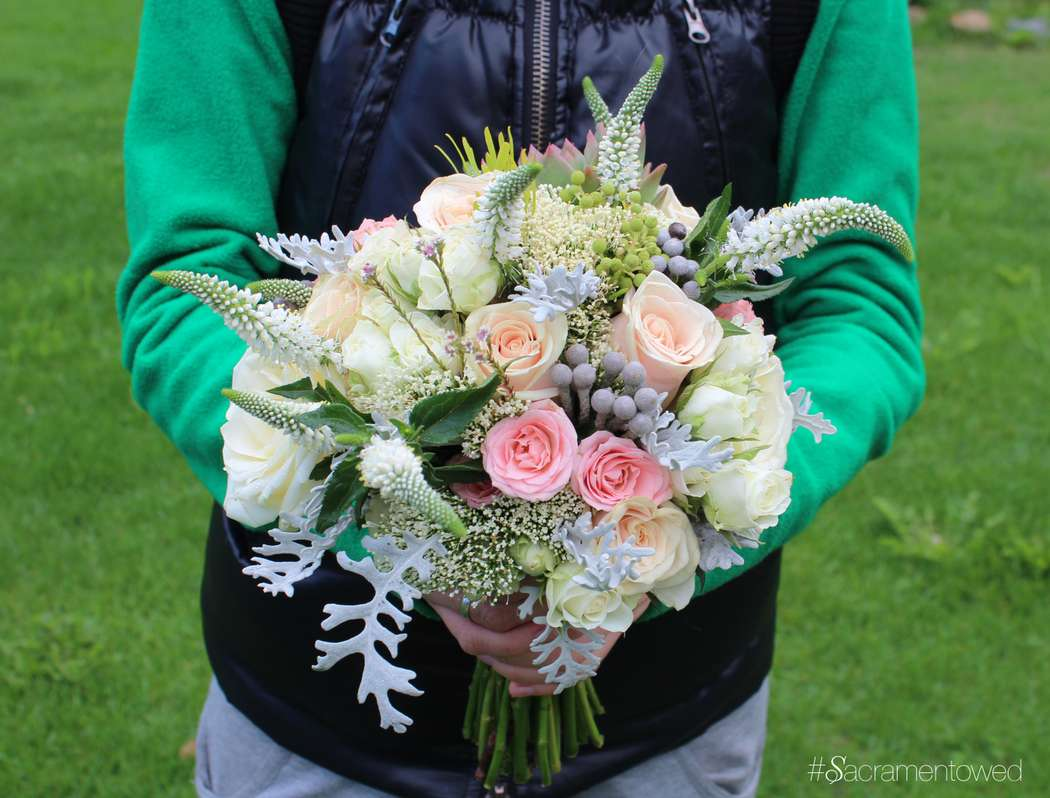 Нежный растрепанный букетик с вероникой, розами, листиками полыни - фото 3187649 Студия декора Sacramento wedding