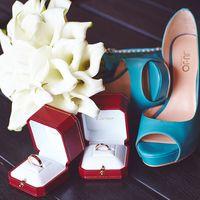 Бирюзовые открытые peep toe туфли невесты, букет бидермейер и свадебные кольца в коробочках от Cartier