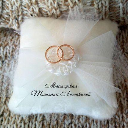 Меховая подушечка для колец для зимней свадьбы в наличии