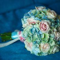 Букет невесты в розово-голубых тонах из роз и гортензий
