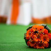 Букет невесты из роз и гербер для свадьбы в оранжевом цвете