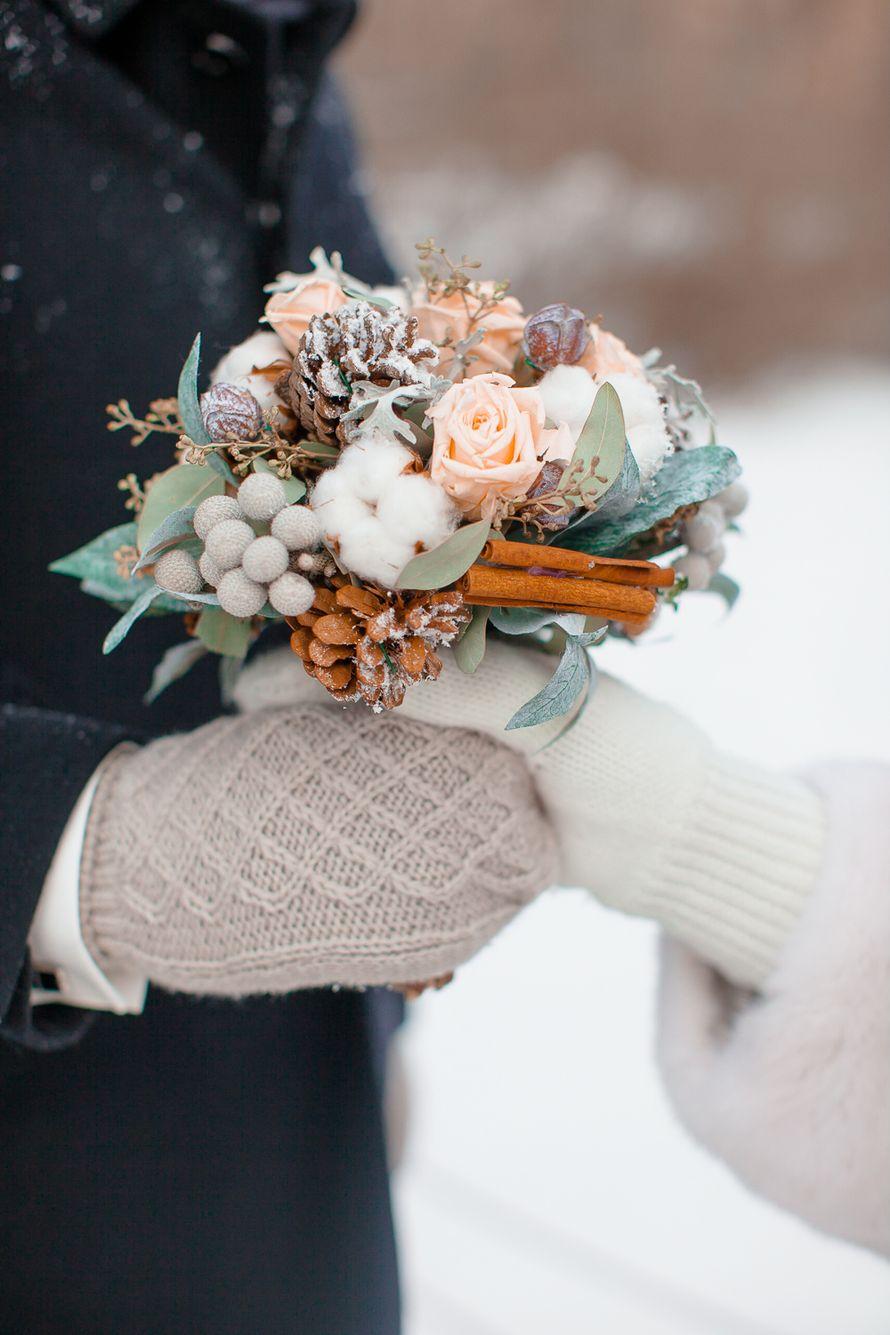 Жених и невесты в вязаных рукавицах с зимним букетом невесты в руках из розовых роз, серой брунии, зеленого котинуса, белого - фото 1952999 Alexandra_d