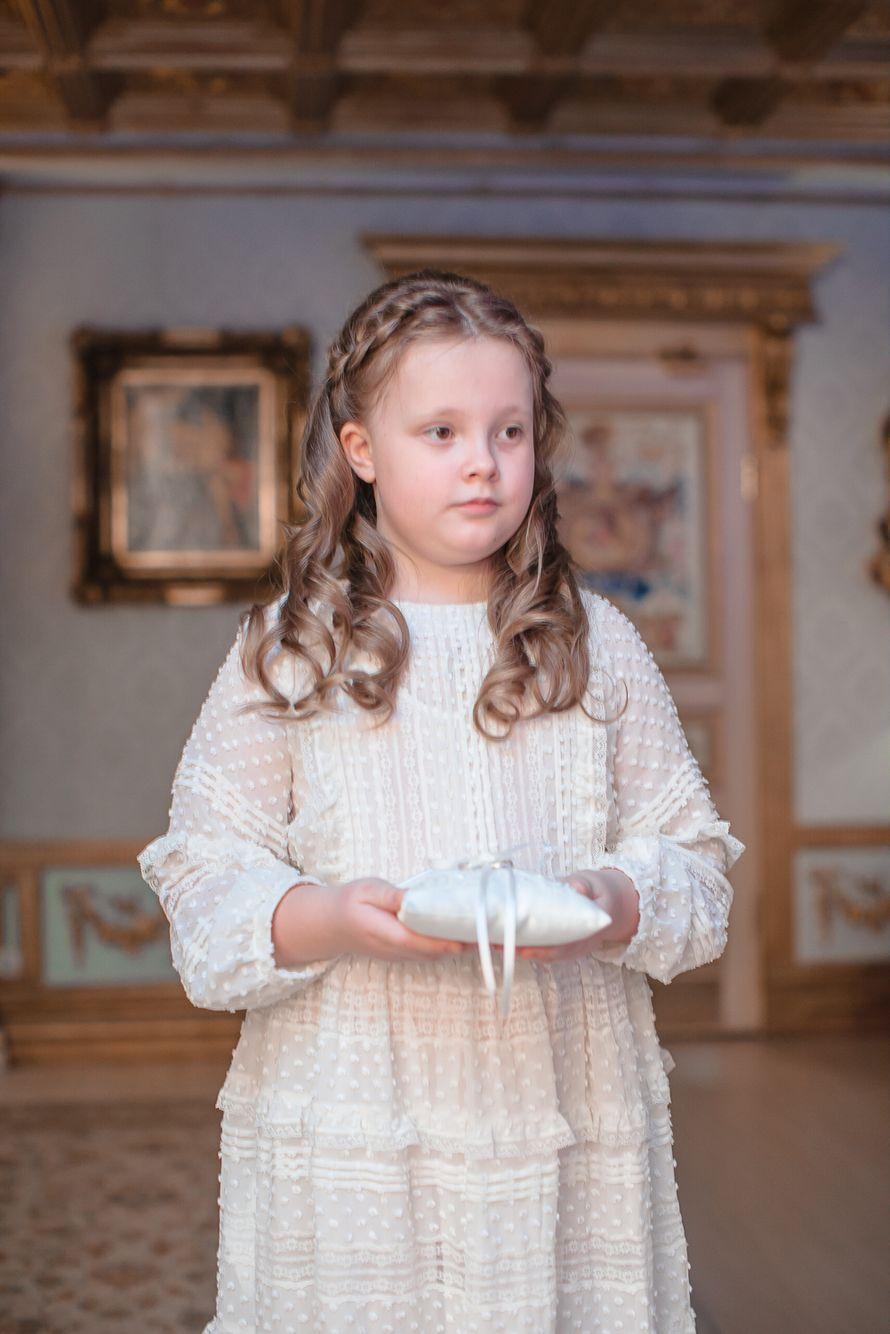 Девочка в праздничном зале, держит подушечку с кольцами , в нарядном белом платье - фото 1953127 Alexandra_d