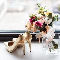 Туфли для невесты золотого цвета-металлик и свадебный букет