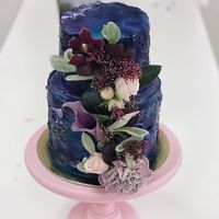 """Торт """"Ночное небо"""" с цветочной композицей  стоимость 1900 Р/кг - закажите торт за 1 месяц или ранее и получите каждый 3-ий кг в подарок"""