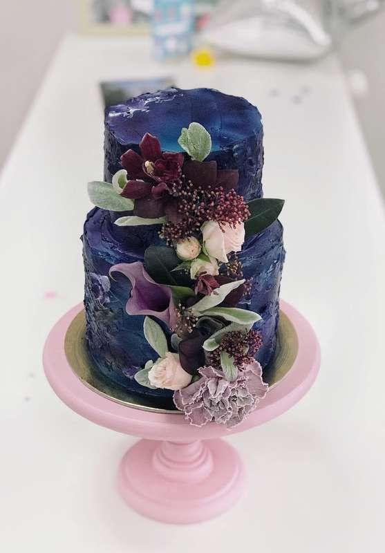 """Торт """"Ночное небо"""" с цветочной композицей  стоимость 1900 Р/кг - закажите торт за 1 месяц или ранее и получите каждый 3-ий кг в подарок - фото 17665300 Sweet - кафе-кондитерская"""