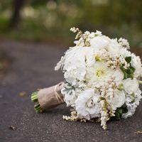 Белый букет невесты из роз, гортензий, астильбы и астр