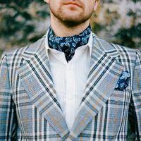 Яркий образ жениха: клетчатый пиджак, яркий шейный платок, платочек в кармане на груди