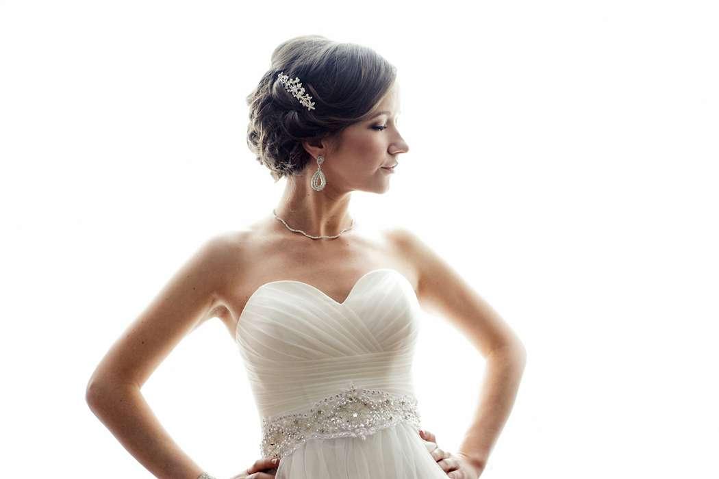 Романтический образ невесты выражен в прическе из распущенных коротких локонов с гребнем - фото 1992911 Свадебный фотограф Татарчук Дмитрий