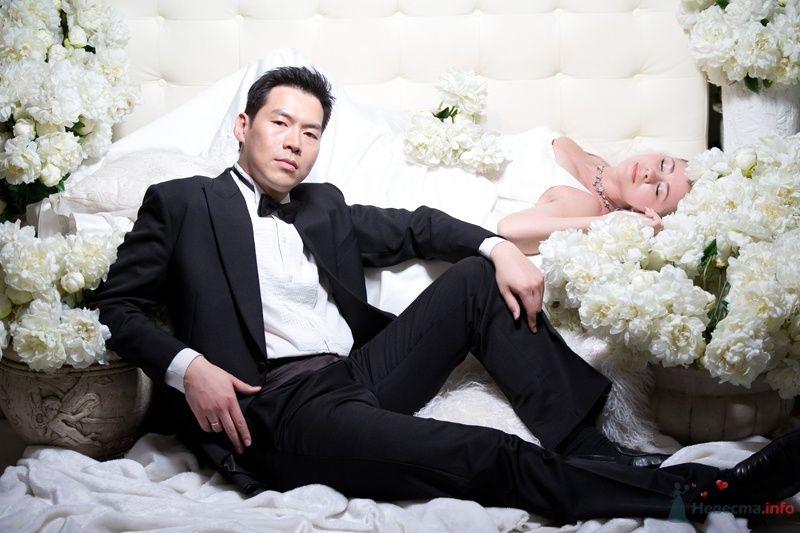 Фотосессия молодоженов, оформленная в американком стиле на фоне белого дивана с букетами белых цветов - фото 35037 YuBinLi
