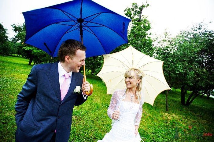 Жених и невеста стоят под зонтиками в зеленом саду - фото 30800 Студия свадебной фотографии Сергея Рыжова
