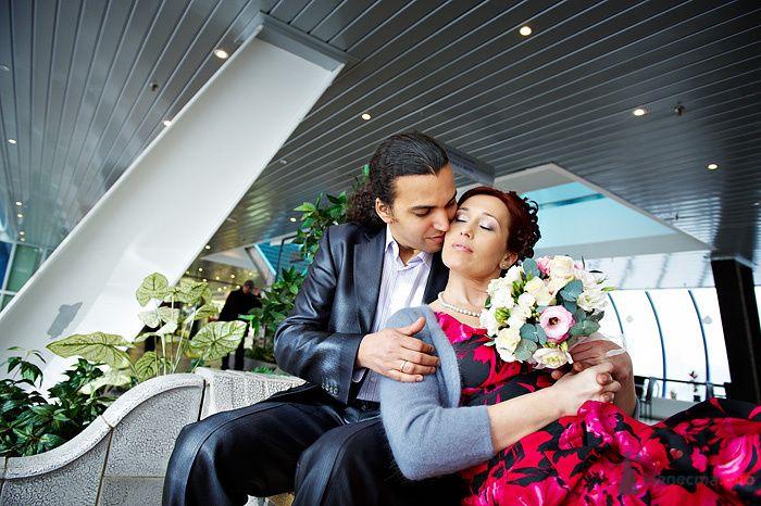 Жених и невеста сидят, прислонившись друг к другу, в кафе