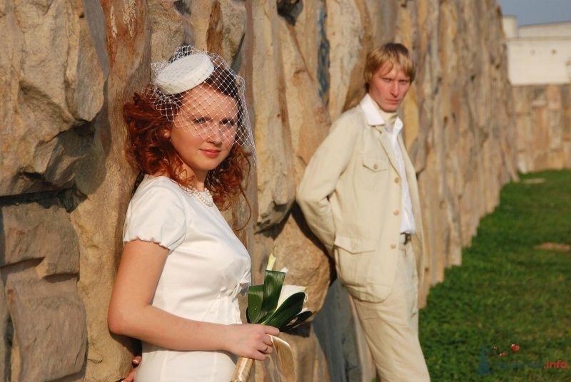 Жених и невеста стоят на фоне каменной стены недалеко друг от друга - фото 61853 ПрограммАлко