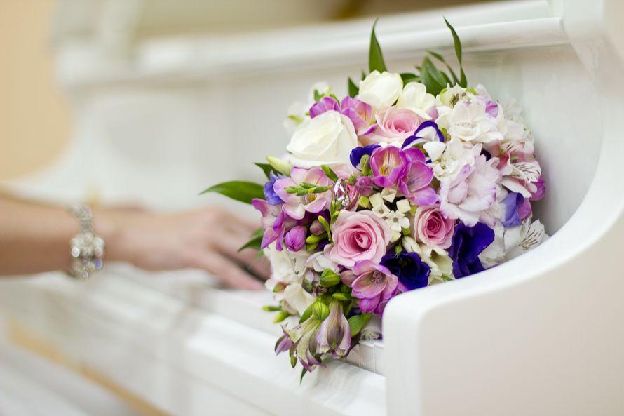"""Букет невесты из розовых и белых роз, фиолетовых эустом, розовых и сиреневых фрезий - фото 2035932 Свадебное агентство """"Black&White"""""""