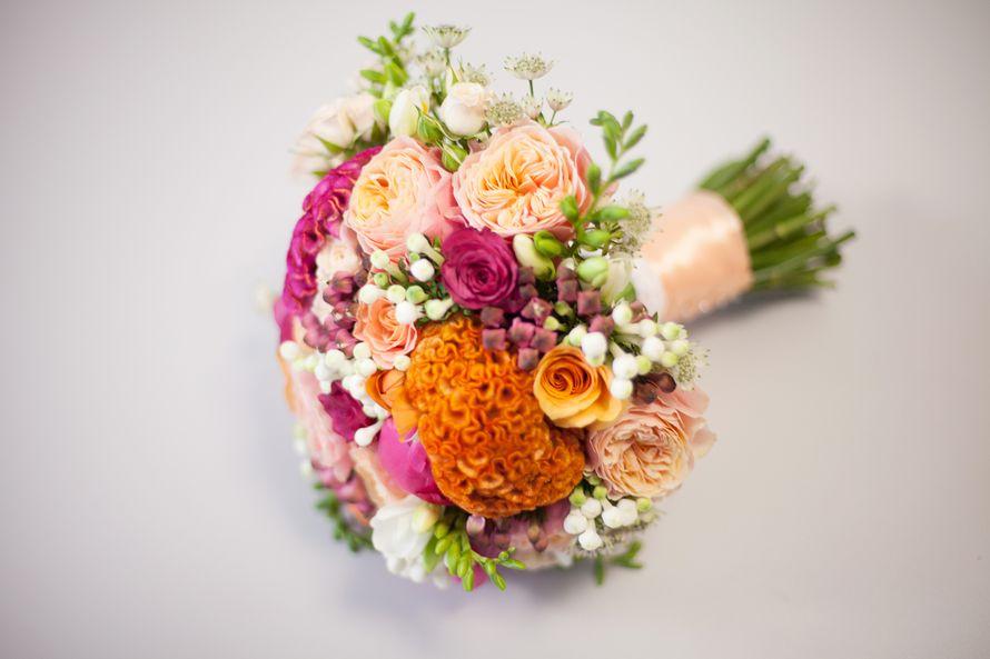 """Букет невесты из малиновых и белых роз, оранжевой и малиновой целозии, розовых роз вувузела, белой и розовой бувардии, белых - фото 2321620 Свадебное агентство """"Black&White"""""""