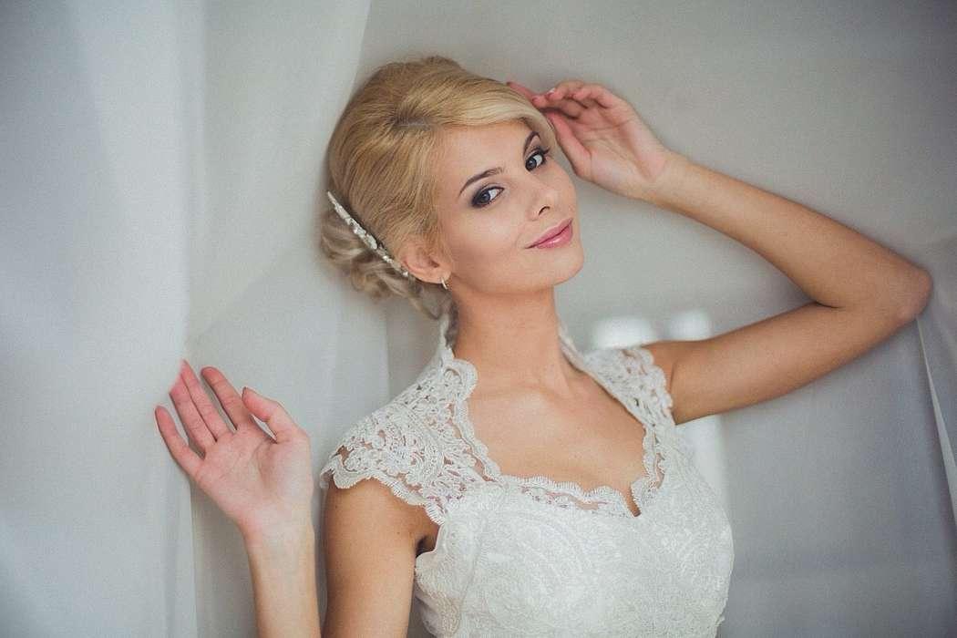 Невеста с прической из  локонов аккуратно выложенных в пучок на затылке, с естественным нежным макияжем - фото 3325987 Визажист-стилист Наталия Шадская