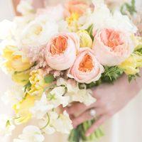Нежный букет невесты из тюльпанов и пионовидной розы Дэвид Остин