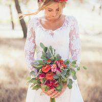 Летний букет невесты с эвкалиптом в цвете марсала в стиле бохо-шик