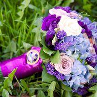 Яркий букет невесты из роз, гортензий и мускарий в фиолетово-сиреневых оттенках