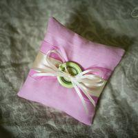 Розовая подушечка для колец с салатовой пуговицей