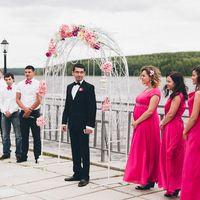 Жених, его друзья и подружки невесты в ярко-розовом в ожидании