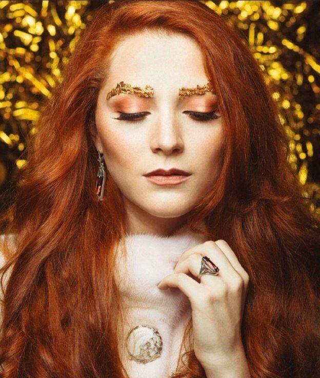 Невеста с прической из распущенных локонов, с экстравагантным тематическим макияжем, на глазах пурпурные тени, на бровях - фото 3147047 Студия макияжа Ксении Жерновой