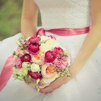 Букетик с ранункулюсами и пионовидной розой