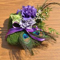 Подушечка для колец из мха с цветами и павлиньими перьями