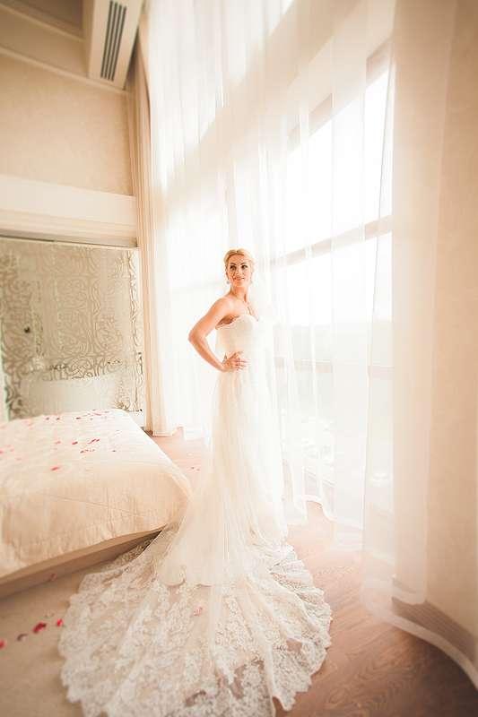 Прямое кружевное платье с длинным шлейфом цвета айвори - фото 3433481 Свадебный Фотограф Александр Поляков