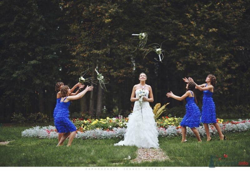 Невеста в белом открытом длинном многоярусном платье с букетом - фото 63981 adya