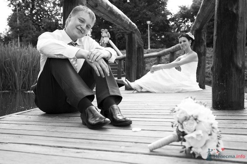 Жених и невеста сидят на деревянном мосту - фото 40550 Фотограф Марина Красько