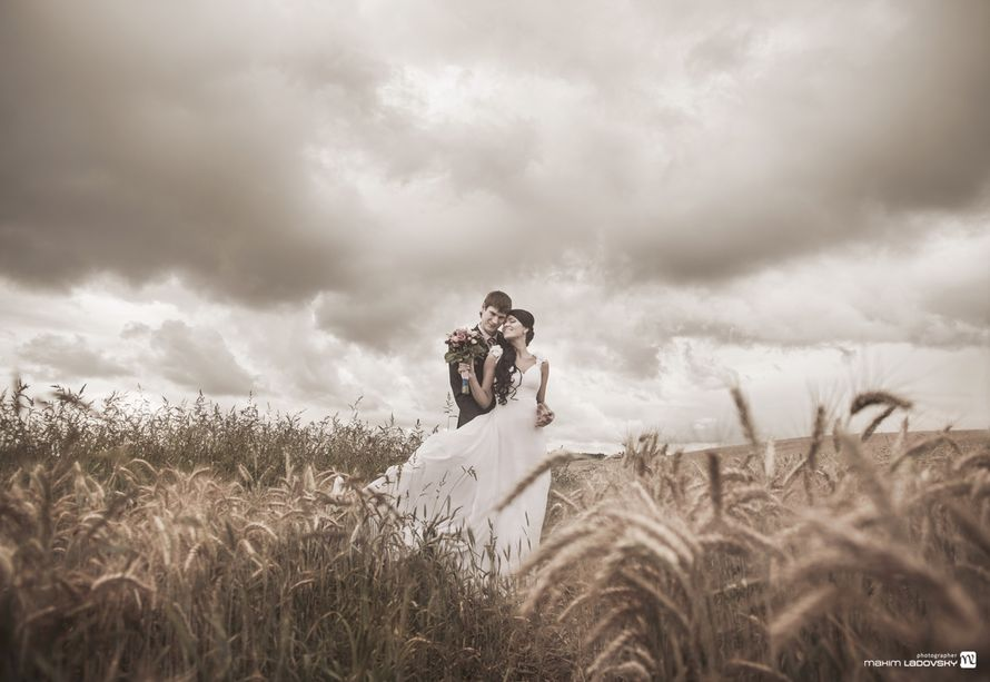 Черно белый снимок молодых в поле - фото 2167016 Фотограф Макс Ладовский