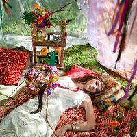 Яркий образ невесты в стиле бохо-инди. Оригинальный букет-паутинка, пестрые сочные цвета, перья, ловцы снов, старинные элементы в оформлении фото зоны - не бойтесь эксперементировать!
