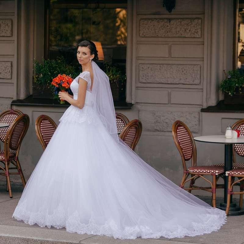 Невеста в пышном платье со шлейфом и кружевным подолом, корсет также выполнен из кружева, с баской   - фото 3556711 Стилист-визажист Катрина Петренко