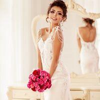 стильное платье, прическа -высокий небрежный пучок, достаточно яркий (для невесты) макияж