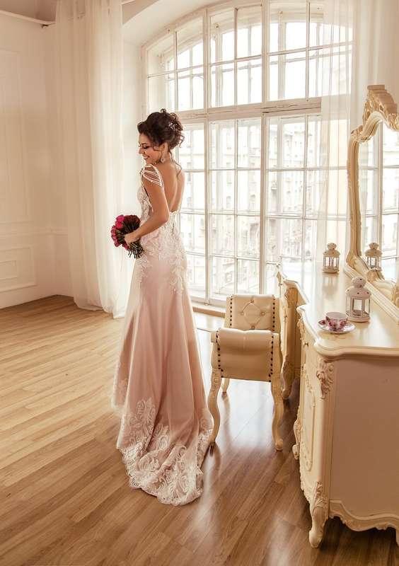 стильное платье, прическа -высокий небрежный пучок, достаточно яркий (для невесты) макияж - фото 11401152 Стилист-визажист Катрина Петренко